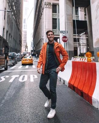 Wie kombinieren: orange Regenjacke, dunkelgraue Shirtjacke aus Baumwolle, dunkelblaues T-Shirt mit einem Rundhalsausschnitt, schwarze Chinohose