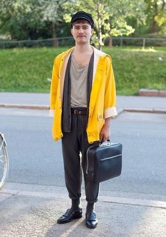 Wie kombinieren: gelbe Regenjacke, dunkelgraue Strickjacke, graues T-Shirt mit einem Rundhalsausschnitt, dunkelgraue Wollchinohose
