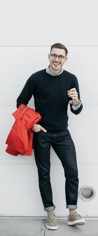 Wie kombinieren: rote Regenjacke, schwarzer Strickpullover, graues Businesshemd, schwarze Jeans