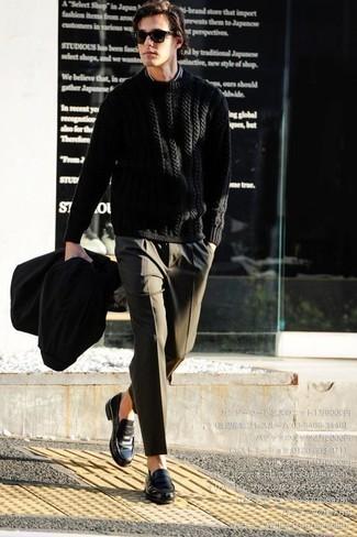 Schwarze Regenjacke kombinieren: trends 2020: Kombinieren Sie eine schwarze Regenjacke mit einer olivgrünen Anzughose, um vor Klasse und Perfektion zu strotzen. Fühlen Sie sich ideenreich? Wählen Sie schwarzen Leder Slipper.