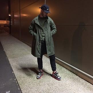 Wie kombinieren: olivgrüne Regenjacke, olivgrünes Sweatshirt, schwarze Jogginghose, weiße und rote und dunkelblaue Sportschuhe