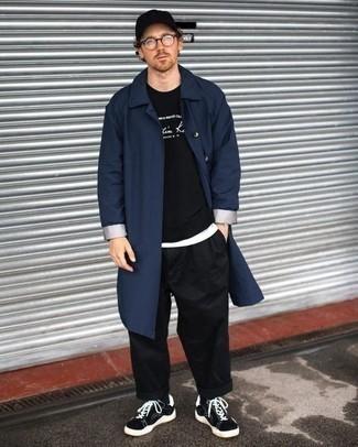 dunkelblaue Regenjacke, schwarzes und weißes bedrucktes Sweatshirt, weißes T-Shirt mit einem Rundhalsausschnitt, schwarze Chinohose für Herren