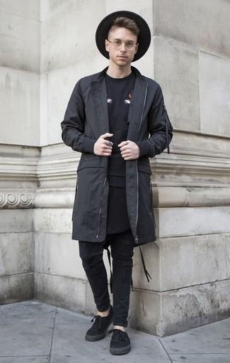 Schwarze Regenjacke kombinieren: trends 2020: Für ein bequemes Couch-Outfit, kombinieren Sie eine schwarze Regenjacke mit schwarzen Jeans mit Destroyed-Effekten. Fühlen Sie sich mutig? Entscheiden Sie sich für schwarzen Segeltuch niedrige Sneakers.