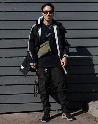 Schwarze Sportschuhe kombinieren – 475 Herren Outfits: Kombinieren Sie eine schwarze Regenjacke mit einer schwarzen Cargohose für ein großartiges Wochenend-Outfit. Schwarze Sportschuhe liefern einen wunderschönen Kontrast zu dem Rest des Looks.