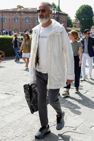 50 Jährige: Dunkelgraue Chinohose kombinieren – 46 Frühling Herren Outfits: Entscheiden Sie sich für eine weiße Regenjacke und eine dunkelgraue Chinohose für ein sonntägliches Mittagessen mit Freunden. Dunkelgraue Sportschuhe verleihen einem klassischen Look eine neue Dimension. Dieser Look könnte zu Ihren Lieblings-Übergangs-Look werden!
