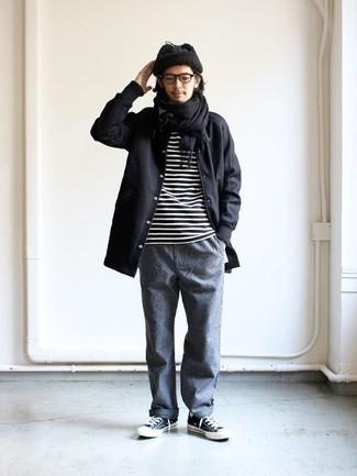 Schwarzen Schal kombinieren: Casual-Outfits: trends 2020: Für ein bequemes Couch-Outfit, kombinieren Sie eine schwarze Regenjacke mit einem schwarzen Schal. Entscheiden Sie sich für dunkelblauen und weißen Segeltuch niedrige Sneakers, um Ihr Modebewusstsein zu zeigen.
