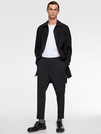 Schwarze Regenjacke kombinieren: trends 2020: Vereinigen Sie eine schwarze Regenjacke mit einer schwarzen Chinohose für einen bequemen Alltags-Look. Schwarze Leder Derby Schuhe bringen Eleganz zu einem ansonsten schlichten Look.