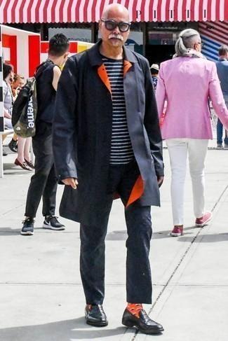 Dunkelblaues und weißes horizontal gestreiftes T-Shirt mit einem Rundhalsausschnitt kombinieren: trends 2020: Vereinigen Sie ein dunkelblaues und weißes horizontal gestreiftes T-Shirt mit einem Rundhalsausschnitt mit einer dunkelblauen Chinohose, um mühelos alles zu meistern, was auch immer der Tag bringen mag. Ergänzen Sie Ihr Outfit mit schwarzen Leder Slippern, um Ihr Modebewusstsein zu zeigen.
