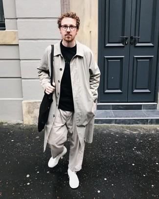 Schwarze Shopper Tasche aus Segeltuch kombinieren – 212 Herren Outfits: Kombinieren Sie eine hellbeige Regenjacke mit einer schwarzen Shopper Tasche aus Segeltuch für einen entspannten Wochenend-Look. Weiße Segeltuch niedrige Sneakers putzen umgehend selbst den bequemsten Look heraus.