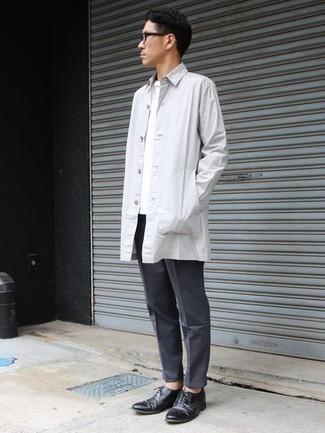 Dunkelgraue Chinohose kombinieren – 500+ Herren Outfits: Kombinieren Sie eine weiße Regenjacke mit einer dunkelgrauen Chinohose, um einen lockeren, aber dennoch stylischen Look zu erhalten. Machen Sie Ihr Outfit mit schwarzen Leder Oxford Schuhen eleganter.