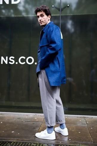 Herren Outfits 2021: Kombinieren Sie eine dunkelblaue Regenjacke mit einer grauen Chinohose für ein bequemes Outfit, das außerdem gut zusammen passt. Weiße Segeltuch niedrige Sneakers fügen sich nahtlos in einer Vielzahl von Outfits ein.