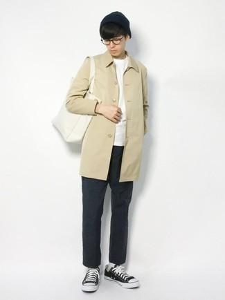 Teenager: Transparente Sonnenbrille kombinieren – 155 Herren Outfits: Kombinieren Sie eine hellbeige Regenjacke mit einer transparenten Sonnenbrille für einen entspannten Wochenend-Look. Fühlen Sie sich ideenreich? Entscheiden Sie sich für schwarzen und weißen Segeltuch niedrige Sneakers.