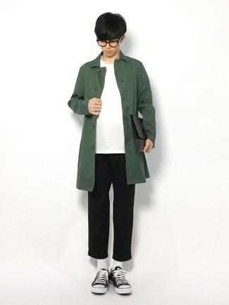 Teenager: Transparente Sonnenbrille kombinieren – 155 Herren Outfits: Eine dunkelgrüne Regenjacke und eine transparente Sonnenbrille sind eine kluge Outfit-Formel für Ihre Sammlung. Schwarze und weiße Segeltuch niedrige Sneakers putzen umgehend selbst den bequemsten Look heraus.