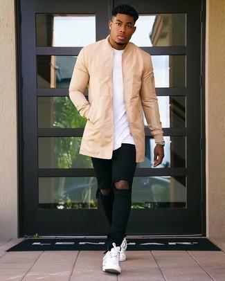 Schwarze enge Jeans mit Destroyed-Effekten kombinieren: trends 2020: Kombinieren Sie eine beige Regenjacke mit schwarzen engen Jeans mit Destroyed-Effekten für einen entspannten Wochenend-Look. Wählen Sie weißen Leder niedrige Sneakers, um Ihr Modebewusstsein zu zeigen.