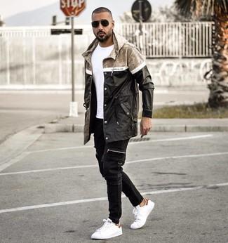 Wie kombinieren: schwarze Regenjacke, weißes T-Shirt mit einem Rundhalsausschnitt, schwarze Jeans, weiße Leder niedrige Sneakers