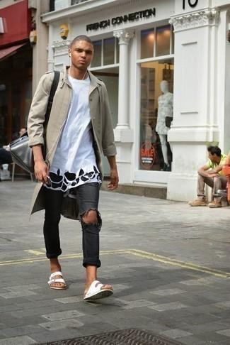 Dunkelgraue Jeans mit Destroyed-Effekten kombinieren – 153 Herren Outfits: Für ein bequemes Couch-Outfit, tragen Sie eine hellbeige Regenjacke und dunkelgrauen Jeans mit Destroyed-Effekten. Fühlen Sie sich mutig? Vervollständigen Sie Ihr Outfit mit weißen Segeltuchsandalen.