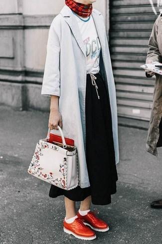 Schwarzen Midirock kombinieren: trends 2020: Möchten Sie einen lockeren Look kreieren, ist diese Kombi aus einer grauen Regenjacke und einem schwarzen Midirock ganz besonders gut. Entscheiden Sie sich für roten Leder Brogues, um Ihr Modebewusstsein zu zeigen.