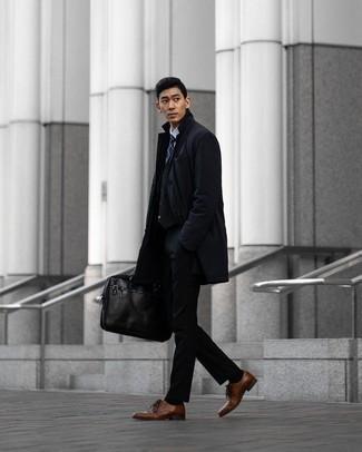 Braune Leder Derby Schuhe kombinieren – 500+ Herren Outfits: Kombinieren Sie eine dunkelblaue Regenjacke mit einer schwarzen Chinohose für ein Alltagsoutfit, das Charakter und Persönlichkeit ausstrahlt. Putzen Sie Ihr Outfit mit braunen Leder Derby Schuhen.
