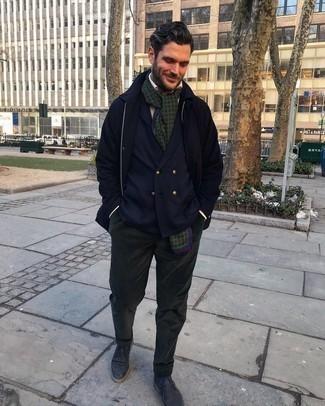 Dunkelblaue Chukka-Stiefel aus Leder kombinieren – 3 Herren Outfits: Kombinieren Sie eine dunkelblaue Regenjacke mit einer dunkelgrünen Anzughose aus Cord für eine klassischen und verfeinerte Silhouette. Fühlen Sie sich ideenreich? Entscheiden Sie sich für dunkelblauen Chukka-Stiefel aus Leder.
