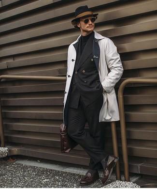 Dunkelbraune Leder Slipper mit Quasten kombinieren: trends 2020: Kombinieren Sie eine weiße Regenjacke mit einer schwarzen Anzughose für einen stilvollen, eleganten Look. Fühlen Sie sich mutig? Komplettieren Sie Ihr Outfit mit dunkelbraunen Leder Slippern mit Quasten.