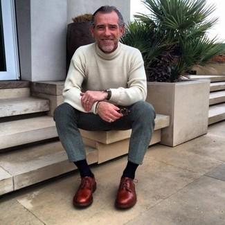 Wie kombinieren: hellbeige Rollkragenpullover, graue Wollanzughose, dunkelrote Leder Derby Schuhe, schwarze Uhr