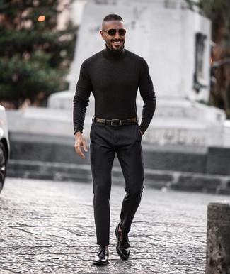 Wie kombinieren: dunkelgrauer Rollkragenpullover, dunkelgraue Anzughose, schwarze Leder Derby Schuhe, schwarzer Ledergürtel