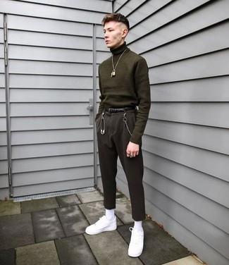 Wie kombinieren: olivgrüner Rollkragenpullover, schwarze Anzughose, weiße Leder niedrige Sneakers, schwarzer Ledergürtel