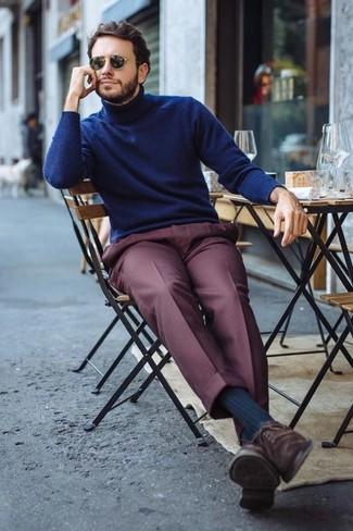 Wie kombinieren: dunkelblauer Rollkragenpullover, dunkelrote Anzughose, dunkelbraune Wildleder Oxford Schuhe, schwarze Sonnenbrille