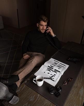 Schwarzen Rollkragenpullover kombinieren – 157 Elegante Herren Outfits: Tragen Sie einen schwarzen Rollkragenpullover und eine braune Wollanzughose mit Schottenmuster für einen für die Arbeit geeigneten Look. Entscheiden Sie sich für dunkelbraunen Leder Oxford Schuhe, um Ihr Modebewusstsein zu zeigen.