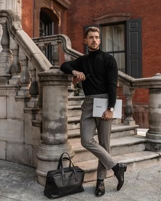 Schwarzen Rollkragenpullover kombinieren – 157 Elegante Herren Outfits: Paaren Sie einen schwarzen Rollkragenpullover mit einer grauen Anzughose für eine klassischen und verfeinerte Silhouette. Putzen Sie Ihr Outfit mit dunkelbraunen Leder Oxford Schuhen.