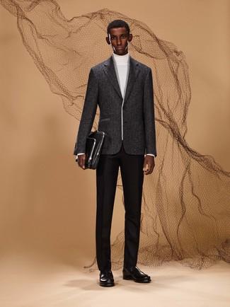 Wie kombinieren: weißer Rollkragenpullover, schwarze Wollanzughose, schwarze Leder Slipper, schwarze Leder Aktentasche