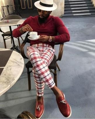 Wie kombinieren: roter Rollkragenpullover, weiße und rote Anzughose mit Schottenmuster, rote Leder Slipper mit Quasten, hellbeige Strohhut