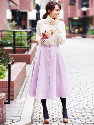 Wie kombinieren: hellbeige Rollkragenpullover, rosa ausgestellter Rock, braune klobige Leder Pumps, weiße Leder Umhängetasche