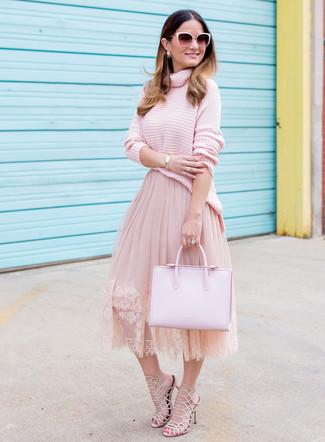 Wie kombinieren: rosa Strick Rollkragenpullover, rosa ausgestellter Rock aus Tüll, hellbeige Leder Sandaletten, rosa Shopper Tasche aus Leder