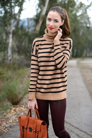 Wie kombinieren: beige horizontal gestreifter Rollkragenpullover, dunkelrote enge Hose aus Leder, orange Satchel-Tasche aus Leder, goldenes Armband