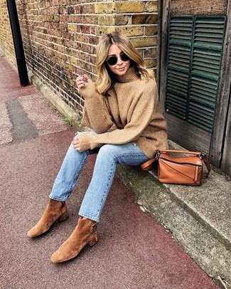 Wie kombinieren: beige Wollrollkragenpullover, hellblaue Jeans, beige Wildleder Stiefeletten, rotbraune Leder Umhängetasche