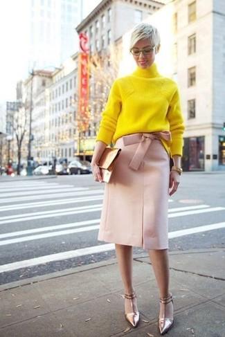 Wie kombinieren: gelber Strick Rollkragenpullover, rosa Bleistiftrock, goldene Leder Pumps, goldene Leder Clutch