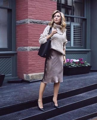 Tragen Sie einen hellbeige strick wollrollkragenpullover und einen braunen bleistiftrock, um einen modischen Freizeitlook zu kreieren. Komplettieren Sie Ihr Outfit mit schwarzen leder pumps von Anna Field.