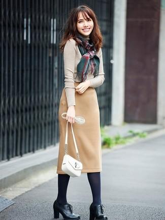 Wie kombinieren: hellbeige Rollkragenpullover, beige Wollbleistiftrock, schwarze Schnürstiefeletten aus Leder, weiße Leder Umhängetasche