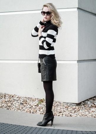 Damen Outfits & Modetrends 2020: Um eine raffinierte und harmonische Silhouette zu formen, probieren Sie diese Kombi aus einem schwarzen und weißen horizontal gestreiften Rollkragenpullover und einem schwarzen Leder Bleistiftrock. Schwarze Leder Stiefeletten sind eine perfekte Wahl, um dieses Outfit zu vervollständigen.