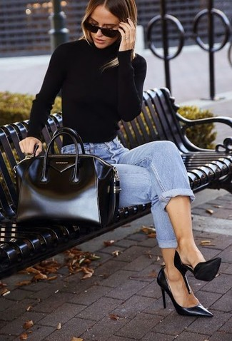 Wie kombinieren: schwarzer Rollkragenpullover, hellblaue Boyfriend Jeans, schwarze Leder Pumps, schwarze Shopper Tasche aus Leder