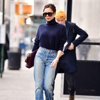 Wie kombinieren: dunkelblauer Rollkragenpullover, hellblaue Boyfriend Jeans, dunkelrote Satchel-Tasche aus Leder, schwarze Sonnenbrille