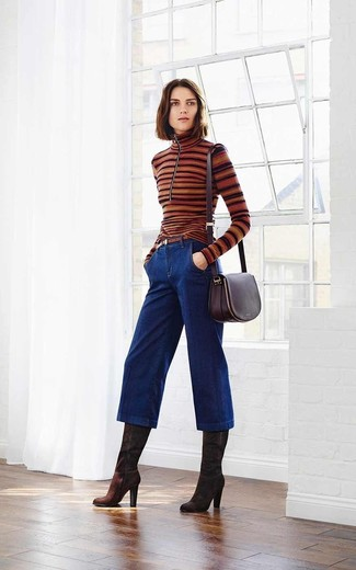 Dunkelblauen Hosenrock aus Jeans kombinieren – 11 Damen Outfits warm Wetter: Um einen einfachen aber schicken Alltags-Look zu schaffen, probieren Sie die Kombi aus einem braunen horizontal gestreiften Rollkragenpullover und einem dunkelblauen Hosenrock aus Jeans. Komplettieren Sie Ihr Outfit mit dunkelbraunen kniehohe Stiefeln aus Wildleder, um Ihr Modebewusstsein zu zeigen.