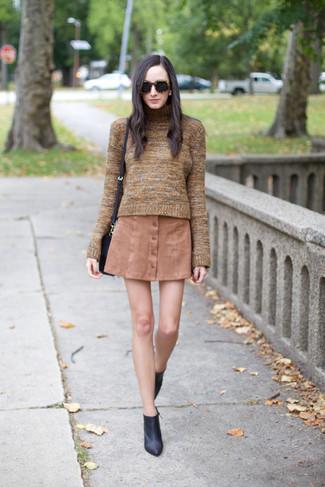 Zeigen Sie Ihre verspielte Seite mit einem Braunen Rollkragenpullover und einem Beige Rock mit Knöpfen. Schalten Sie Ihren Kleidungsbestienmodus an und machen Schwarzen Leder Stiefeletten zu Ihrer Schuhwerkwahl.