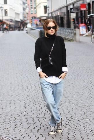 Wie kombinieren: schwarzer Strick Rollkragenpullover, weißes Businesshemd, hellblaue Boyfriend Jeans, schwarze und weiße Segeltuch niedrige Sneakers