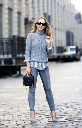 Wie kombinieren: grauer Strick Rollkragenpullover, weißes und blaues vertikal gestreiftes Businesshemd, graue enge Jeans, graue Wildleder Pumps