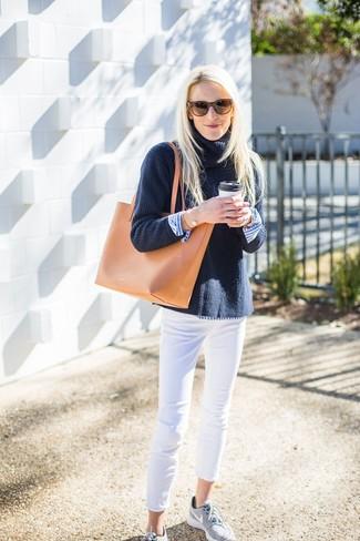 Wie kombinieren: dunkelblauer Strick Rollkragenpullover, weißes und blaues vertikal gestreiftes Businesshemd, weiße enge Jeans, graue Sportschuhe