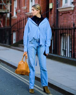 Wie kombinieren: dunkelblauer Rollkragenpullover, blaues vertikal gestreiftes Businesshemd, blaue Jeans, olivgrüne Wildleder Stiefeletten