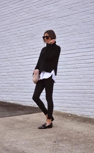 Wie kombinieren: schwarzer Strick Rollkragenpullover, weißes Businesshemd, schwarze Leggings, schwarze Leder Slipper