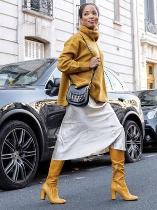 Wie kombinieren: senf Strick Rollkragenpullover, silbernes Camisole-Kleid, senf Overknee Stiefel aus Leder, schwarze Leder Umhängetasche